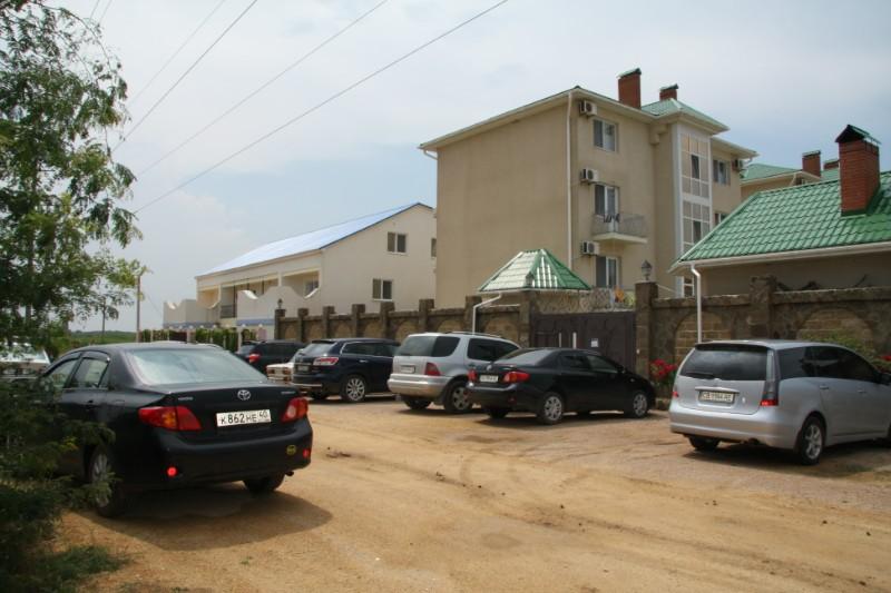 Дома близнецы в Новофёдоровке (гостинница Изумруд)
